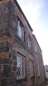Dom typu klocek z dobudową