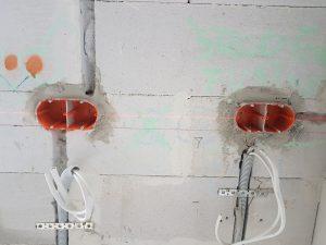 osadzone podwójne puszki elektryczne, wyrównane laserową poziomicą